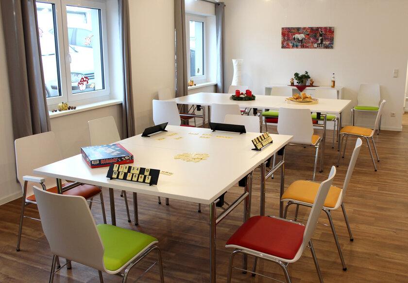 Zwei Tische mit Stühlen und Gesellschaftsspielen