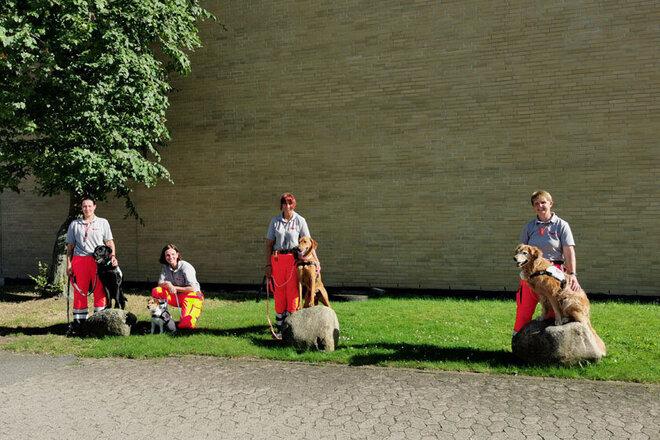 Rettungshundeteams der Johanniter-Rettungshundestaffel Südniedersachsen, die an diesem Tag ihre Prüfung bestanden haben.