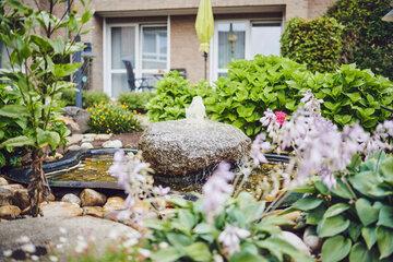Kleiner Steinbrunnen im Garten