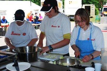 Ehrenamtliche Helferinnen versorgen beim Hochwasser 2013 Betroffene mit Lebensmitteln.