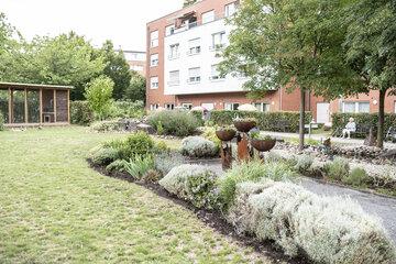 Schön bepflanzte Beete findet man in den Außenanlagen des Johanniter-Stiftes