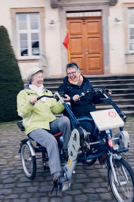 Zwei Damen auf einem Doppelfahrrad in Gronau