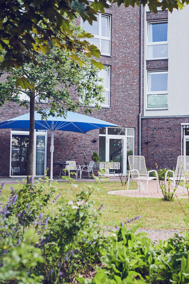 Schöne Sitzgelegenheiten im hinteren Bereich der Einrichtung Haus am Rosarium in Uetersen.