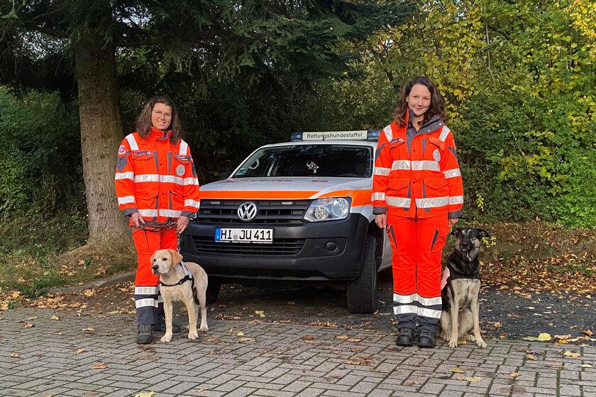 Zwei Frauen mit ihren Hunden vor einem Einsatzfahrzeug