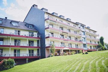 Zwei mehrgeschossige Häuser mit Balkonen das Johanniterheim Velbert
