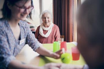 Seniorinnen bei einer Handmassage mit Igelball