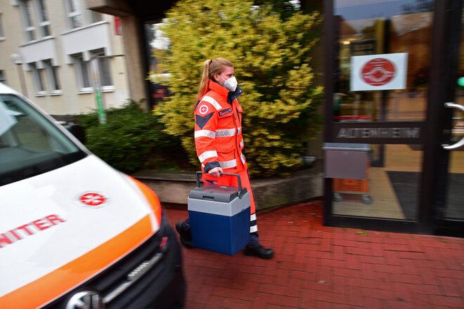 Eine Mitarbeiterin der Johanniter liefert Corona-Impfstoff in eine Senioreneinrichtung.