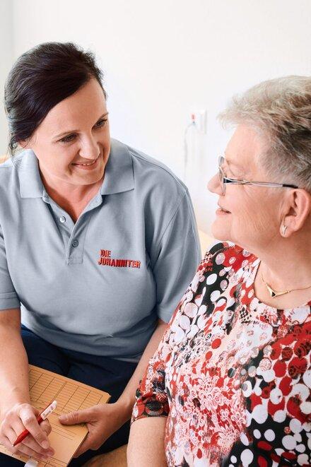 Johanniter-Pflegerin im Gespräch mit Kundin und Tochter