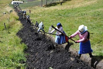 Die Arbeiten für die unterirdische Verlegung der Rohre übernehmen die Bewohner gemeinschaftlich, was den Zusammenhalt der Gemeinden fördert.