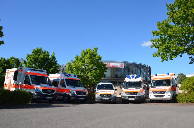 5 Einsatzfahrzeuge vor einem Gebäude