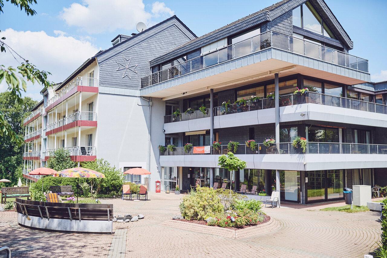 Angelegter heller Platz zum gemeinsamen Treffen im Johanniterheim Velbert