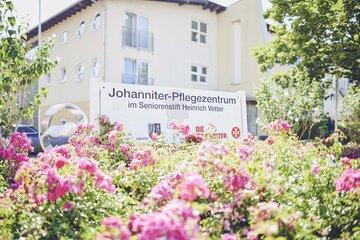 Blumen vor dem Johanniter-Seniorenzentrum im Seniorenstift Heinrich Vetter