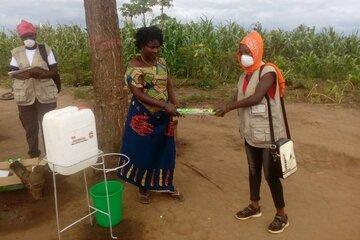 Eine Frau überreicht einer anderen Frau Seife
