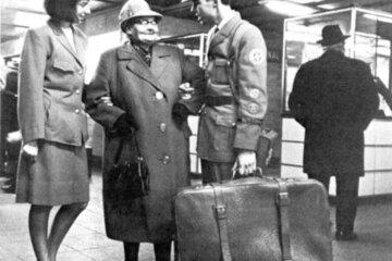 Johanniter im Bahnhofsbetreuungsdienst im Jahr 1964.