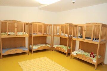 """Betten für die Kinder in der Johanniter-Kinderkrippe """"Turmwichtel"""" Bad Abbach laden zum Mittagsschlaf ein."""