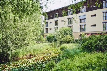 Seitenansicht aus dem Naturgarten das Johanniter-Haus Köln Porz.