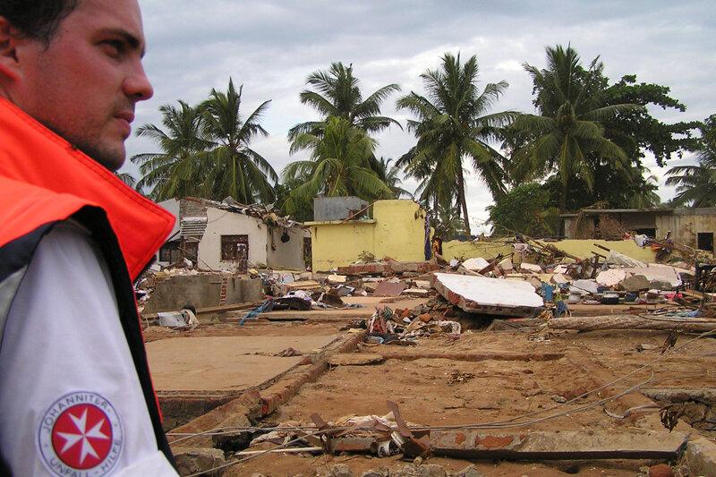 2004 fordert der Tsunami in Südostasien mehrere Hunderttausend Opfer. Die Johanniter leisten in Sri Lanka und Indonesien Soforthilfe.