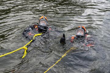 Die Tauchergruppe Eutin bei einer Übung im Großen Eutiner See