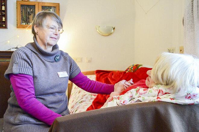 Die ehrenamtlichen Mitarbeitenden nehmen sich Zeit für Menschen in ihrer letzten Lebensphase, spenden Trost und helfen, Abschied zu nehmen.