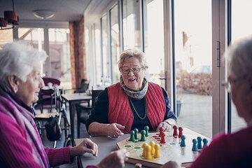 Drei Seniorinnen beim Brettspiel