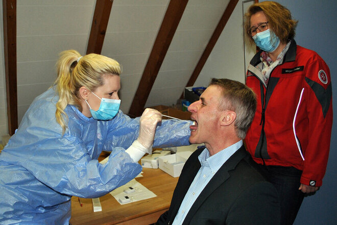 Johanniterin testet den Lamspringer Bürgermeister auf das Corona-Virus.