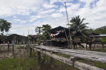 Eine kaputte Brücke aus Holz auf Pfählen