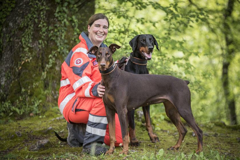 Susann Kraft, Leiterin der Johanniter-Rettungshundestaffel Baden-Karlsruhe mit ihren beiden Hunden Arthur und Peka.