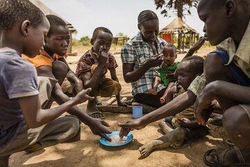 In der Provinz Western Bahr el Ghazal im Nordwesten des Südsudans behandeln die Johanniter schwer unterernährte Kleinkinder mit therapeutischer Nahrung, die mit Vitaminen und Mineralien angereichert ist.