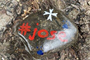 Bemalter Stein, auf dem #jose steht