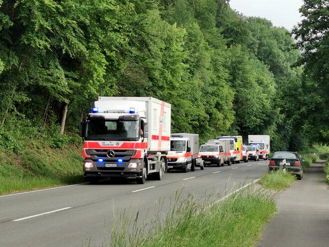 Die Johanniter-Einsatzfahrzeuge fahren gemeinsam zum Einsatzort.