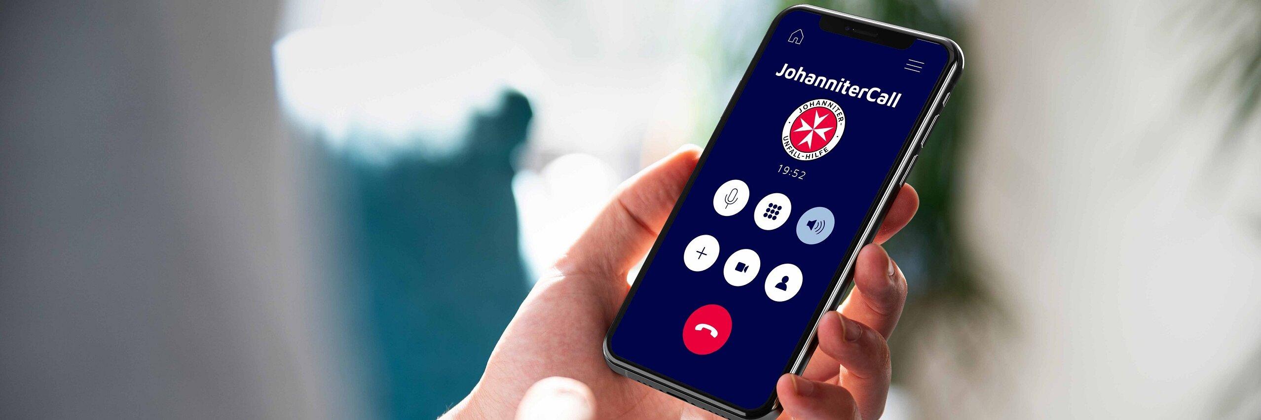 Ein Smartphone zeigt den JohanniterCall auf dem Bildschirm.