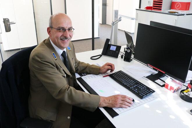 Winfried Kipke sitzt am Schreibtisch vor dem Rechner.