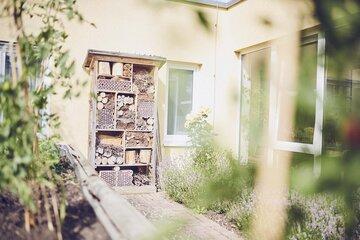 Ein Insektenhotel steht im Garten
