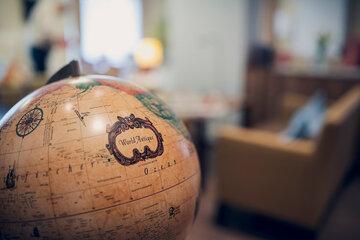 Ein Blick auf einen alten Globus im Johanneshaus Empelde bei Hannover