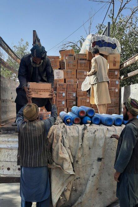 Männer laden Kisten von einem LKW