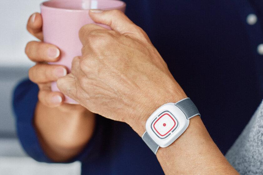 Johanniter-Hausnotruf: Mit dem Sender am Arm kann jederzeit ein Notruf ausgelöst werden.
