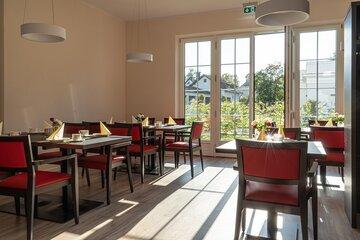 Moderne Cafeteria der Johanniter-Wohnanlage in Bad Wörishofen mit Blick ins Grüne.
