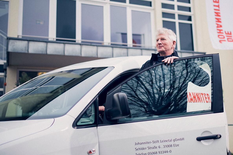 Ein Mitarbeiter steigt vor dem Johanniter-Stift in einen Dienstwagen