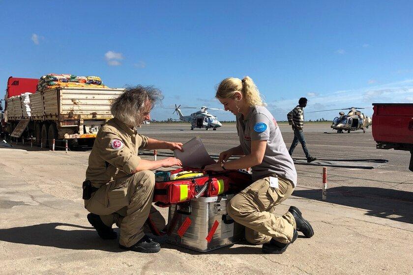 Christian Gatniejewski und seine Kollegin packen einen Erste-Hilfe Koffer