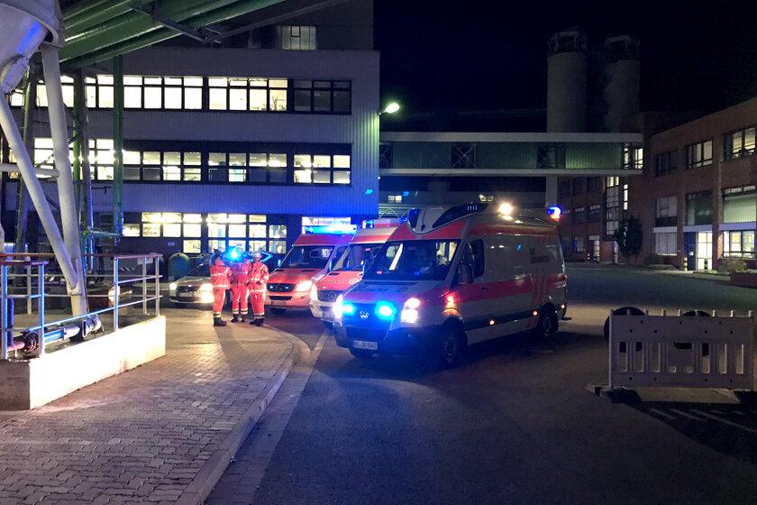 Johanniter und Feuerwehren stehen mit Einsatzfahrzeugen auf dem Gelände der Nordzucker AG in Nordstemmen und üben die Zusammenarbeit in verschiedenen Abläufen.