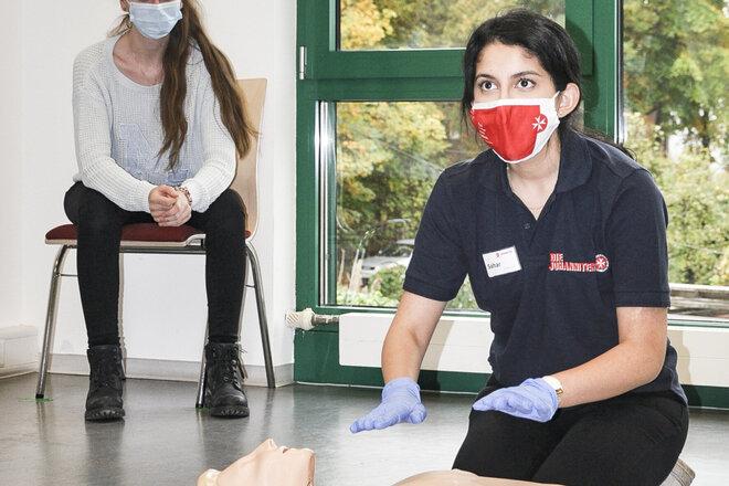 Blick in einen Erste-Hilfe-Kurs, durchgeführt unter Corona-Bedingungen