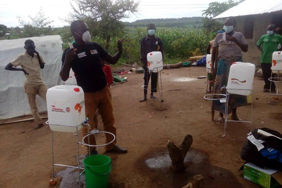 Gemeindebasierte Helferinnen und Helfer machen auf die Bedeutung des Händewaschens gegen Corona in Trainings aufmerksam.