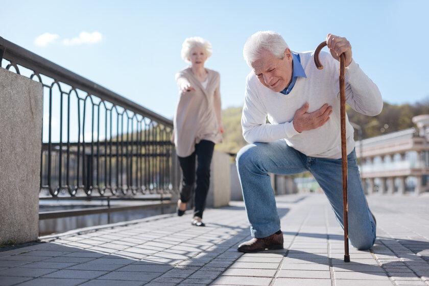 Älterer Mann erleidet einen Herzinfarkt auf dem Bürgersteig