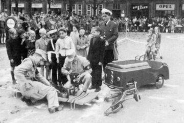 Üben am Beispiel eines Verkehrsunfalls im Jahr 1953.