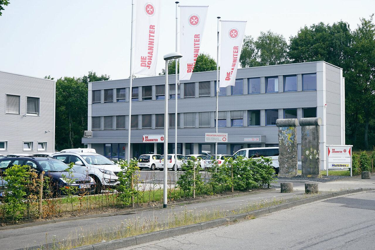 Gebäude der Regionalgeschäftsstelle Aachen der Johanniter mit Fahnen