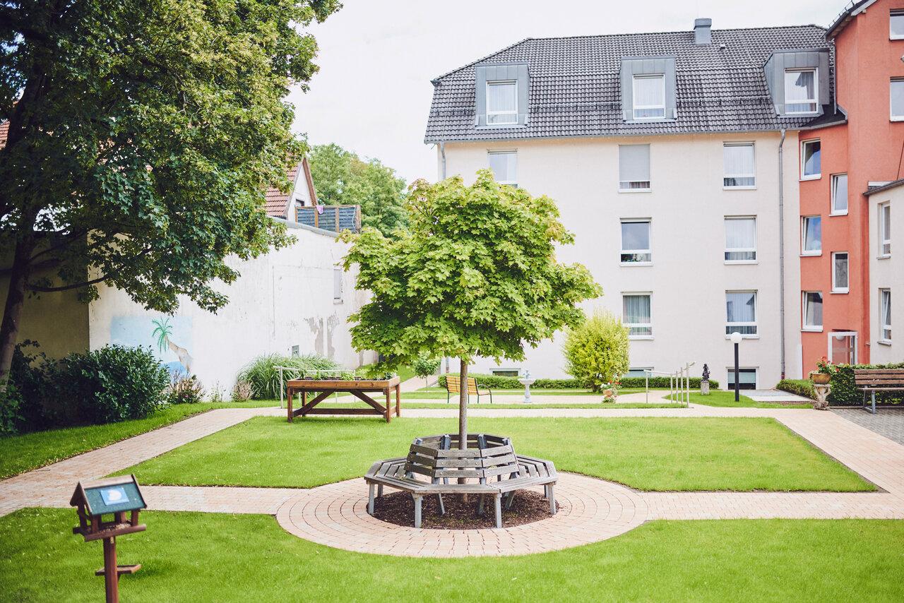 Gartenbänke im angelegten gepflegten Garten des Johanniter-Stift Oeneking in Lüdenscheid.