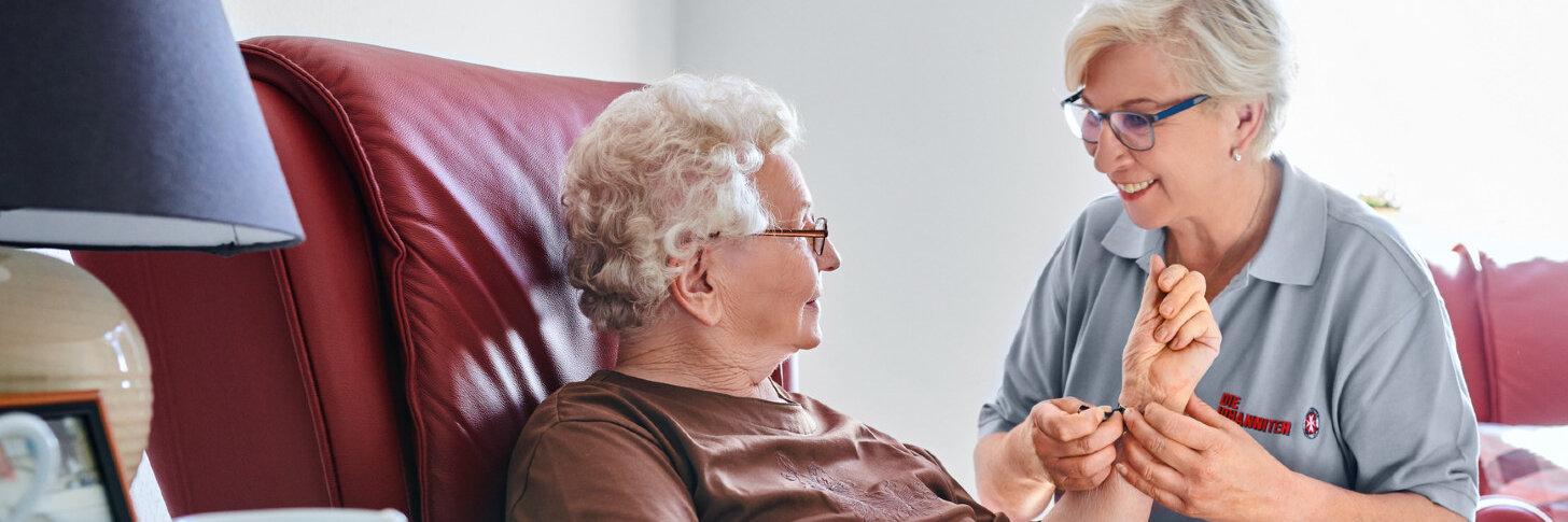 Eine Pflegerin der Johanniter mit einer Pflegeperson.