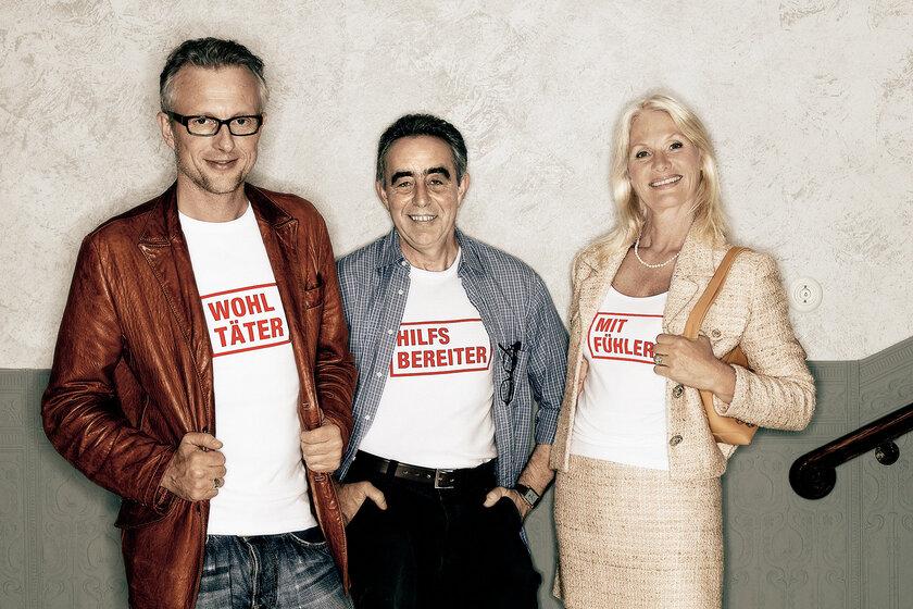 zwei Männer und einer Frau tragen T-Shirts mit Förderer-Aufdruck