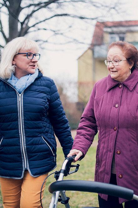 Zwei Damen gehen am Johanniter-Stift in Elze spazieren
