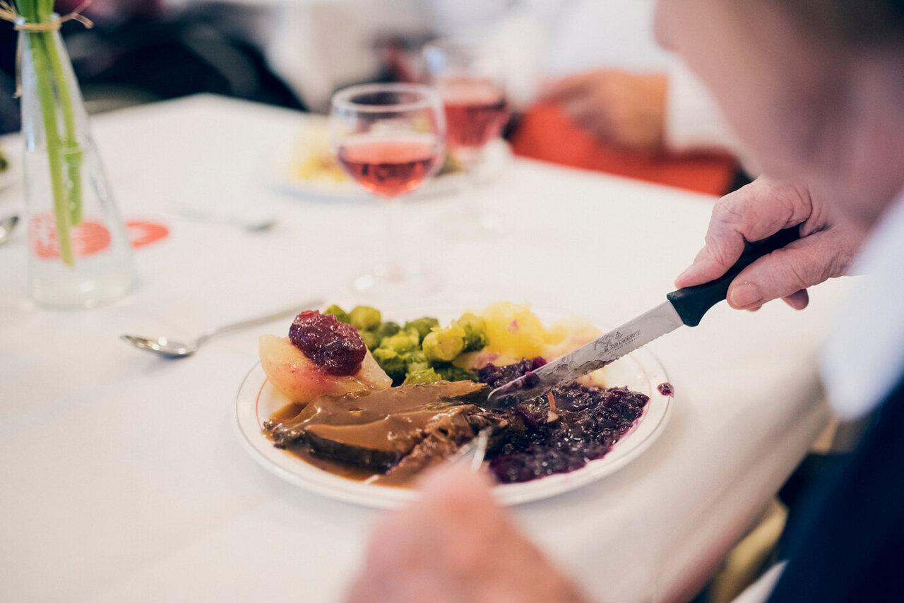 Gedeckter Tisch mit Essen und Weinglas